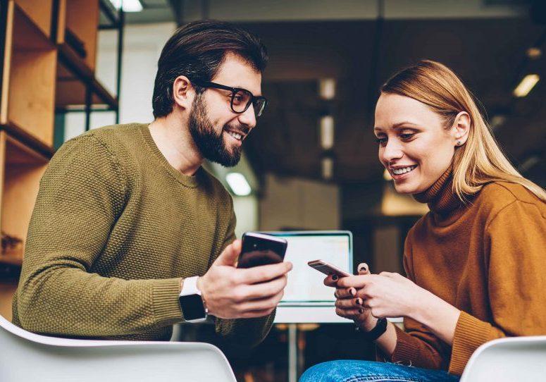 Man och kvinna med mobiler