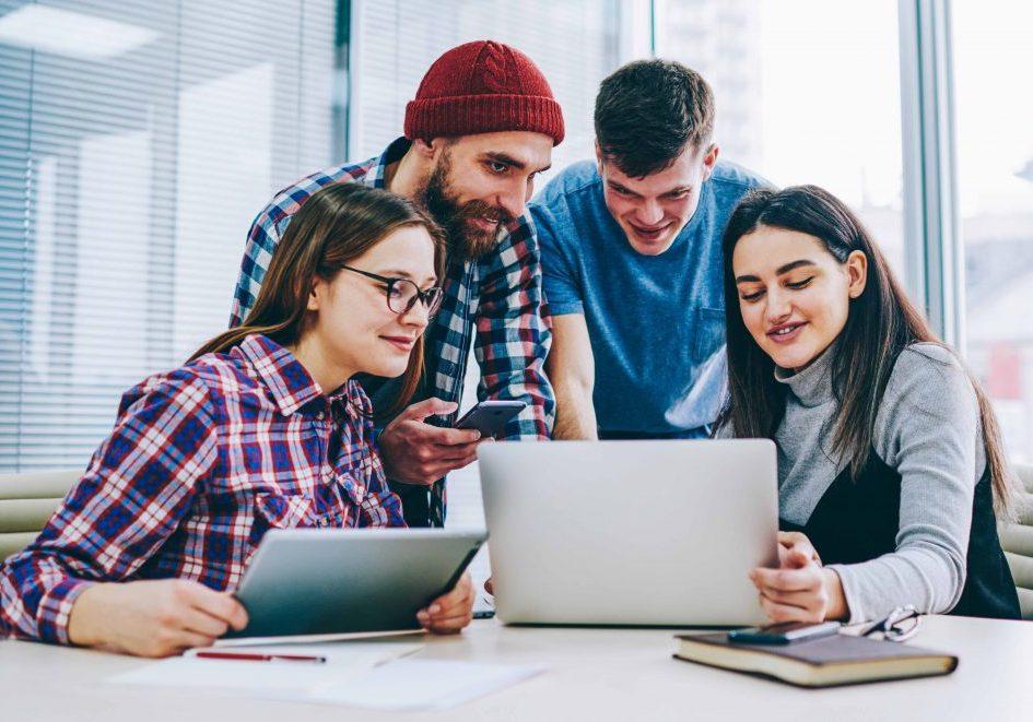 Ungdomar med datorer